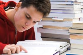 Schüler liest mit Hilfe seines Fingers
