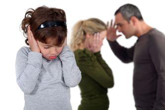 Eltern streiten sich vor ihrer Tochter