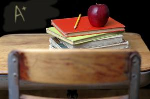 Schulbank mit Apfel und Büchern