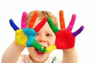 Junge mit farbverschmierten Händen