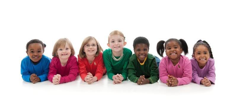 Sieben Kinder lächeln in die Kamera