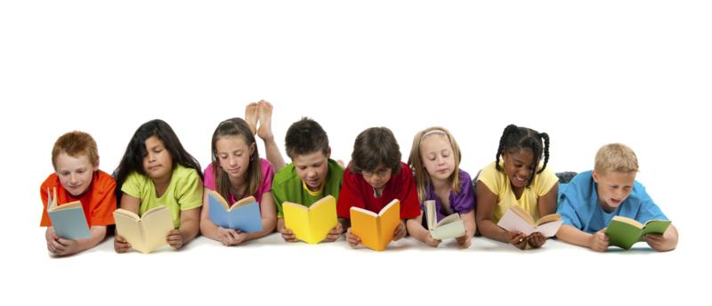 Acht Kinder lesen in Büchern