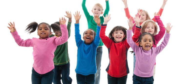 Jubelnde Kinder recken die Arme hoch